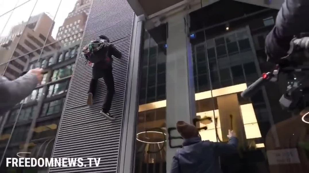 """Soy Spiderman"" Antifa Protester  Fell while climbing Chase Bank in Manhattan"