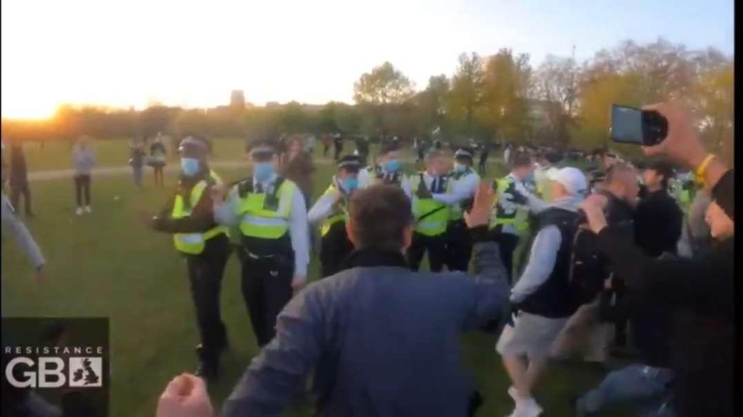 The Protestors CHASE The Police Out Of Hyde Park Yesterday 24th April 2021 MUST SEE
