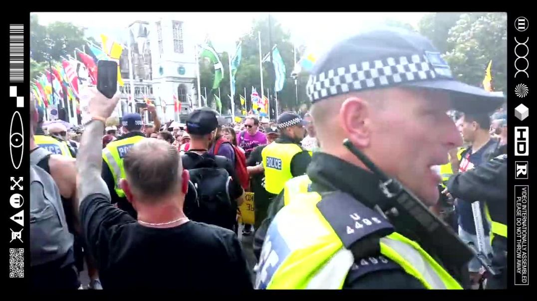 (EMB) WORD ON THE CURB - PEACEFUL PROTESTORS FACE TO FACE WITH PEADO PROTECTORS  (19/07/21)