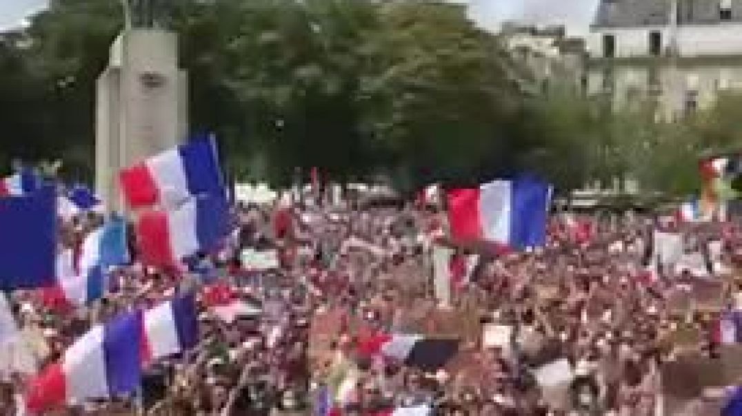 Huge French crowd demand Macron resigns!