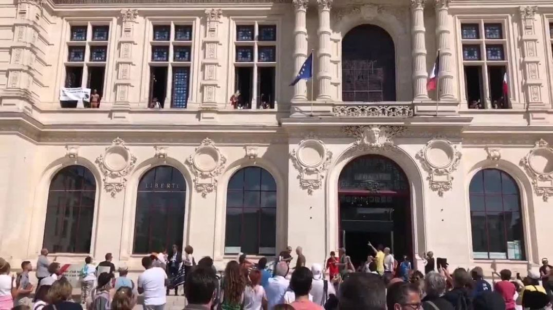 Protesters take over town hall in Poitiers, France