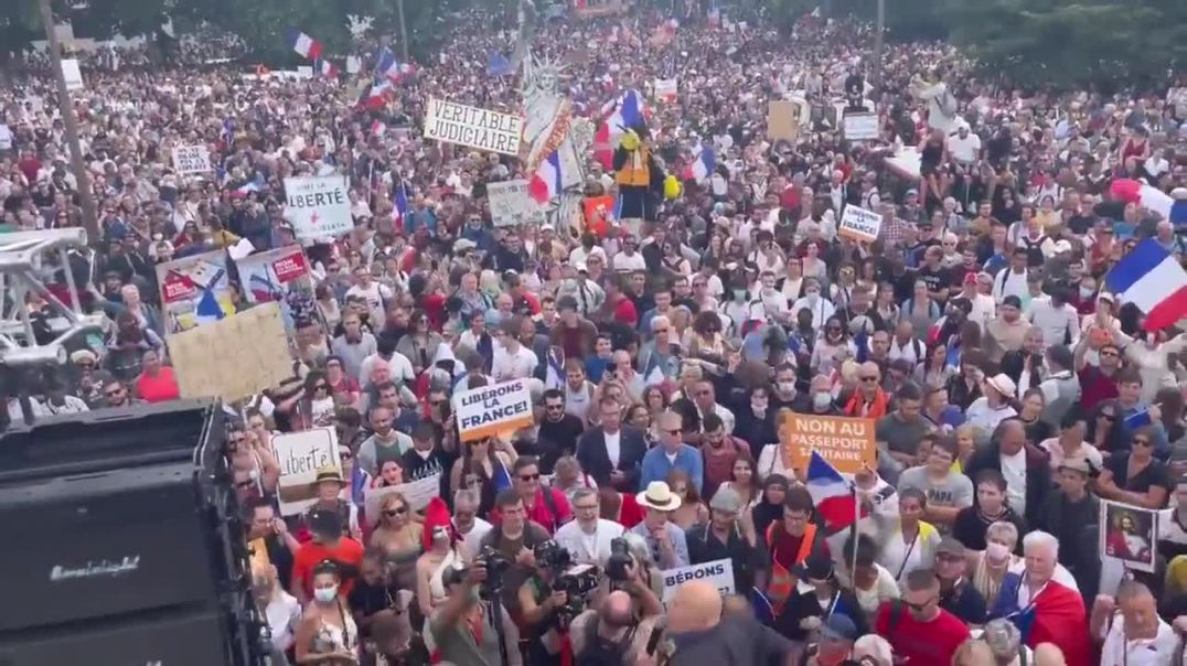 Huge crowd gathered in Paris to protest against COVID health pass.