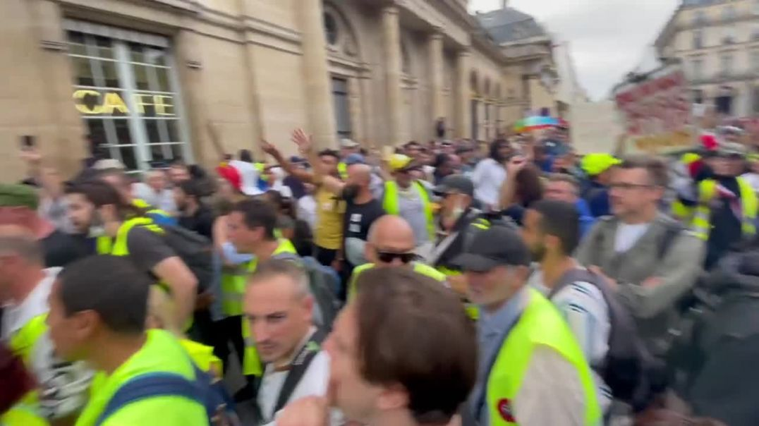 """FRANCE: ANGRY PROTESTORS  """"MACRON YOUR PASSPORT, WE DONT WANT IT""""!!"""