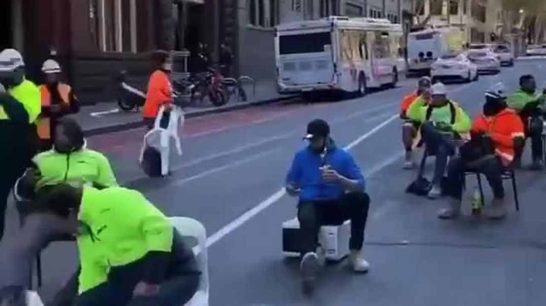 Unvaxxed Aussie Construction Workers Eat Breakfast On Street/Not Allowed To Eat With Vaxxed Workmate