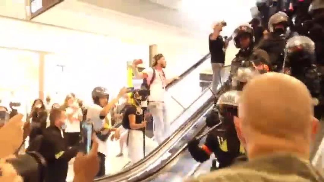 Police trying to arrest unvaccinated shoppers were forced to retreat.