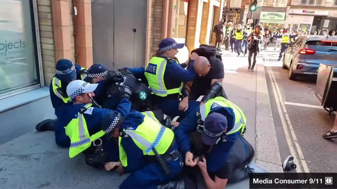 """LONDON: THUG """"POLICE"""" STORM INTO PROTESTERS & ASSAULT THEM! ~ 16/9/21"""
