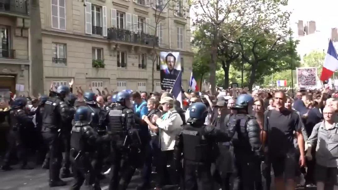 French Chant liberty and push back against police 11-9-21