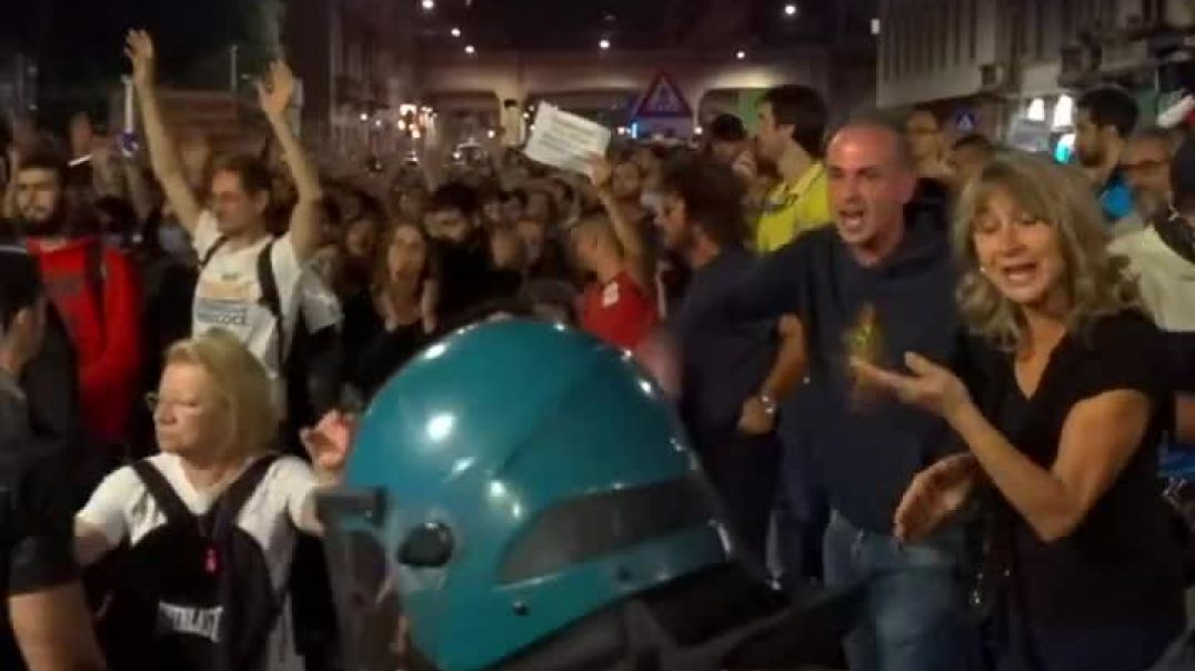 Milano tensions rise  No Green Pass undercover cops