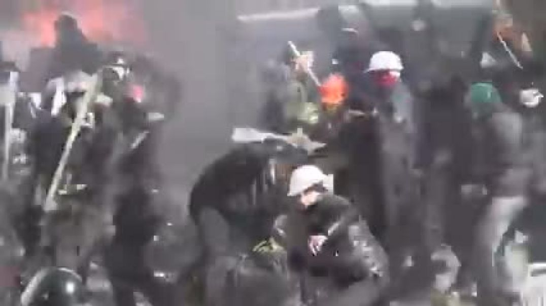 Riot police clash with protesters in central Kiev....SEE DISCRIPTION