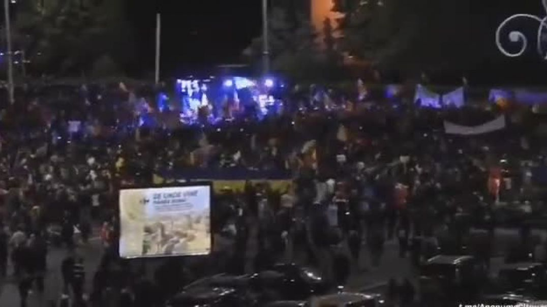 Romanians protest in front of the government headquarters
